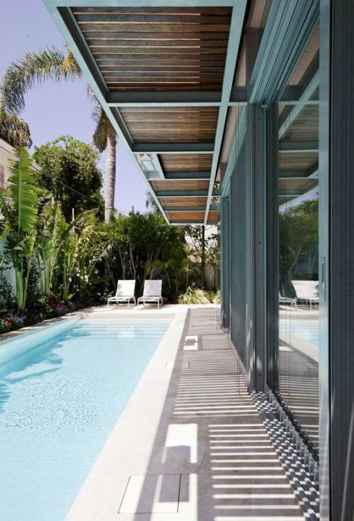 Schmale Pools auf wenig Platz für kleine Gärten üppige Vegetation links exotisches Flair viel Sonne Relax Liegen