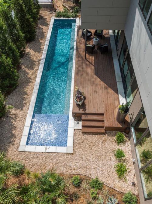 Schmale Pools auf wenig Platz für kleine Gärten Deck aus Holz grüne Sträucher Bäume viel Sonne