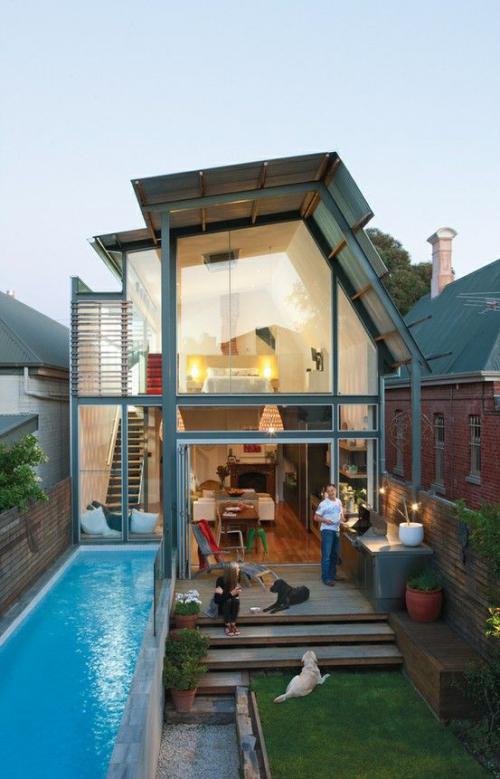 Schmale Pools auf wenig Platz für kleine Gärten Haus Glasfassade junge Familie zwei Hunde Freude am Wasser