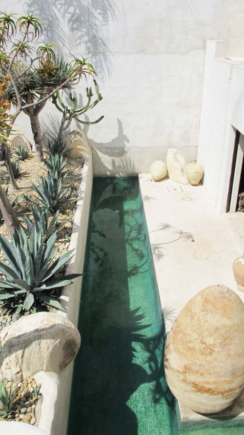 Schmale Pools auf wenig Platz für kleine Gärten ganz schmaler Pool exotische Wüstenpflanzen marokkanischer Stil ganz in Weiß