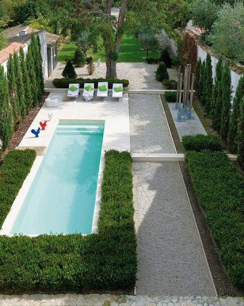 Schmale Pools auf wenig Platz für kleine Gärten grüne Sträucher herum Bäume als Sichtschutz Relax Liegen