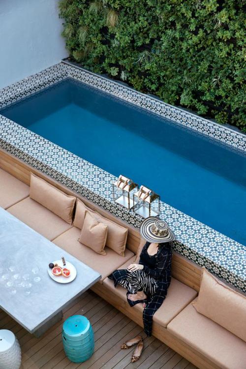 Schmale Pools auf wenig Platz für kleine Gärten grüne Wand Sitzbank Tisch sehr gemütlich Frau am Wasser sitzen