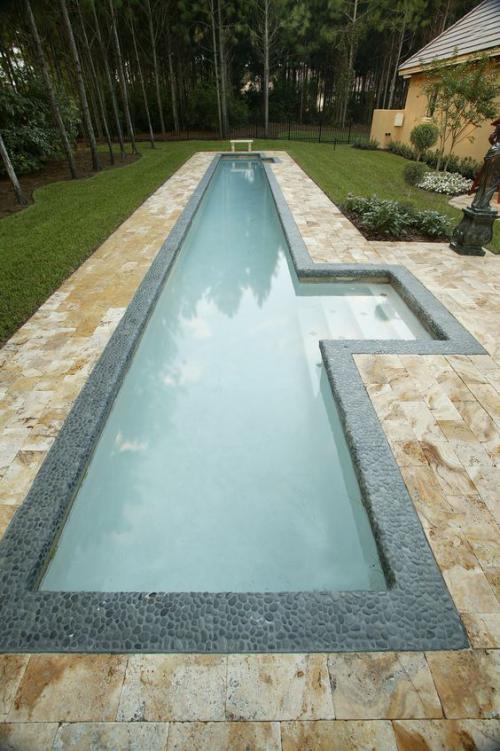 Schmale Pools auf wenig Platz für kleine Gärten interessante Form mit Steinplatten bedeckt grüner Rasen herum
