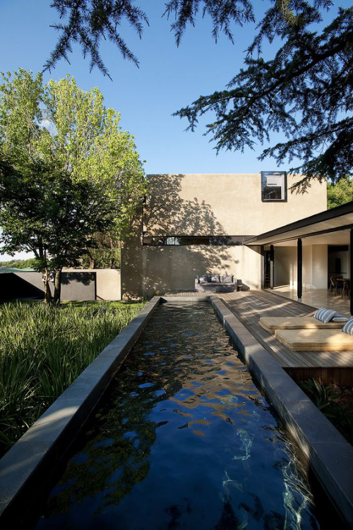 Schmale Pools auf wenig Platz für kleine Gärten natürliche Umgebung links Deck aus Holz rechts Liegen