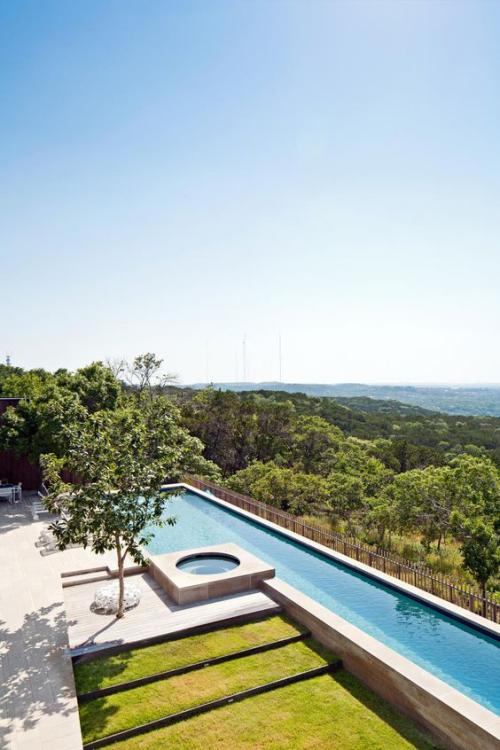 Schmale Pools auf wenig Platz für kleine Gärten unendlicher Blick in die Weite natürliche Gestaltung
