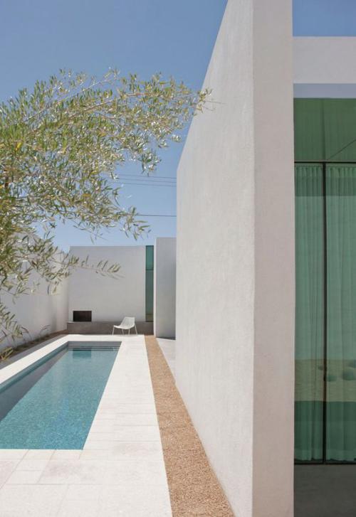Schmale Pools auf wenig Platz für kleine Gärten weiße Umgebung im minimalistischen Stil viel Sonne