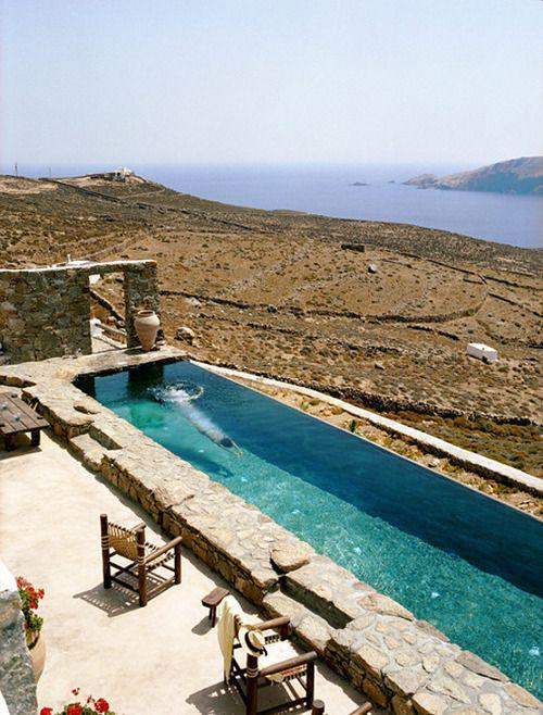 Schmale Pools auf wenig Platz für kleine Gärten zur Umgebung hin geöffnet herrliche Aussicht exotisches Flair