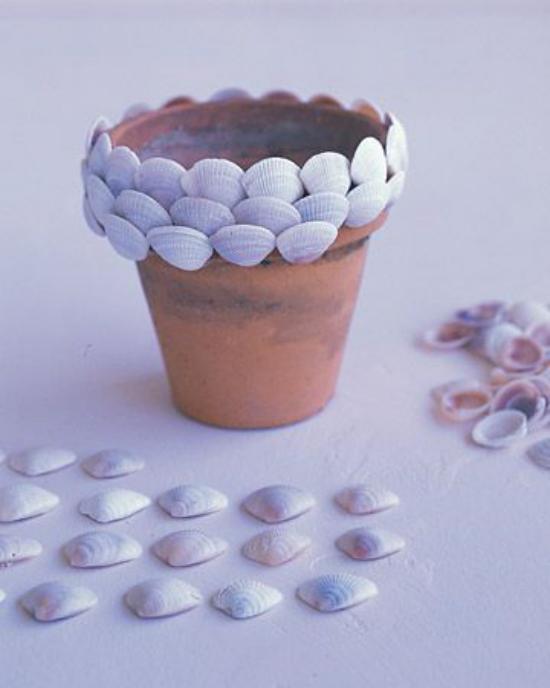 Sommerdeko mit Muscheln Blumentopf dekorieren Muscheln aufkleben