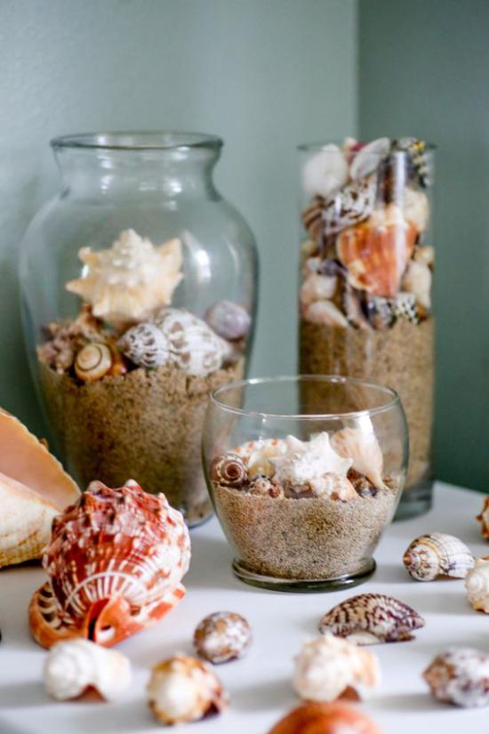 Sommerdeko mit Muscheln Glas Glasgefäße gefüllt mit Sand oder Granulat und Muscheln