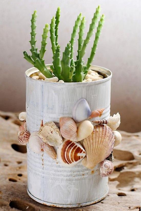 Sommerdeko mit Muscheln alte Konservendose mit Muscheln dekorieren als Topf für Sukkulenten verwenden