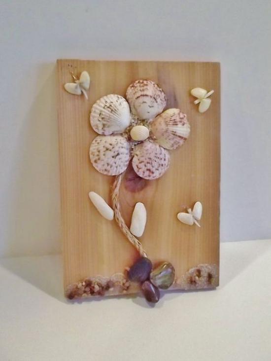 Sommerdeko mit Muscheln tolle Bastelidee für kreative Köpfe Wanddeko mit Muscheln in Blumenform auf Holzplatte
