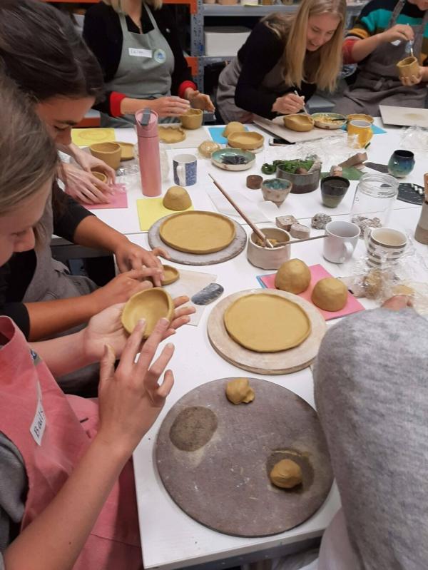 Töpfern mit Kindern Töpferhandwerk erlernen Werkzeuge