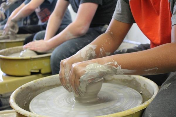 Töpfern mit Kindern Töpferrad Kunst aus Ton