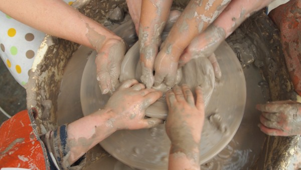 Töpfern mit Kindern Vorteile Kinderentwicklung kleine Kinderhände