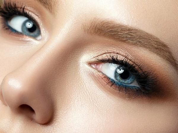 blaue augen schminken highlighter smokey eyes