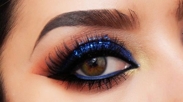 blaue augen schminken smokey eye blauer glitzer