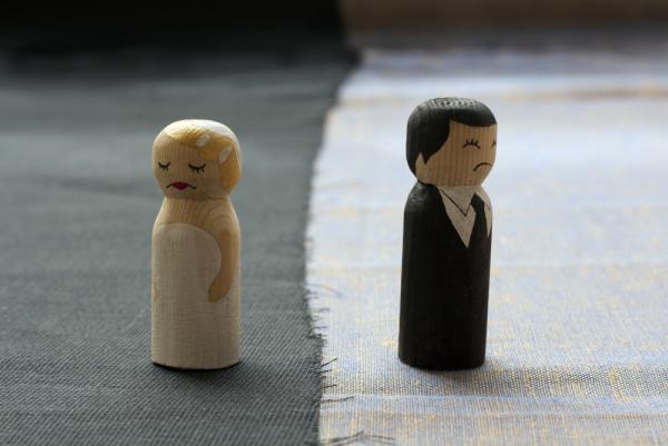 τρία ζώδια ξύλινα σχήματα ανδρικά δίδυμα γυναίκα έχουν αμφιβολίες δεν πιστεύουν στην οικογενειακή ευτυχία Λίστα των τριών ζώδια που δεν τους αρέσει να παντρεύονται </strong></h2> <p style=
