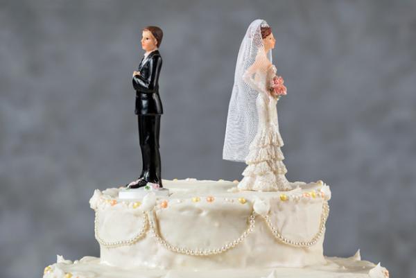 τρία ζώδια Aries Gemini Sagittarius γαμήλια τούρτα δύο φιγούρες ακύρωση γάμου ως κοσμήματος
