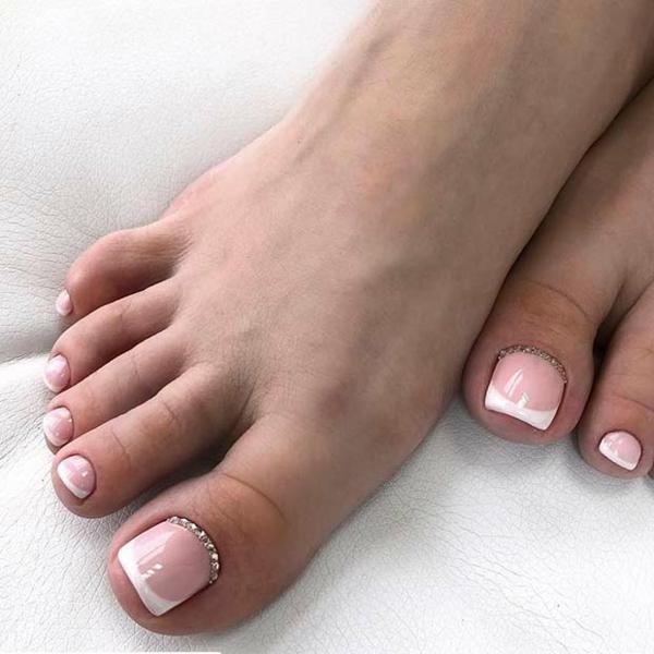 elegante french nails design fußnägel glitzersteine