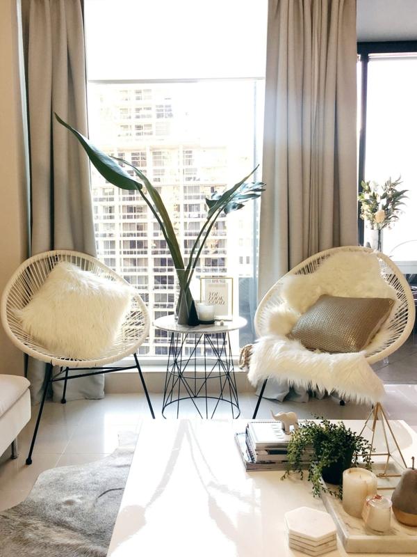 elegante luxus wohnzimmereinrichtung weiße acapulco stühle
