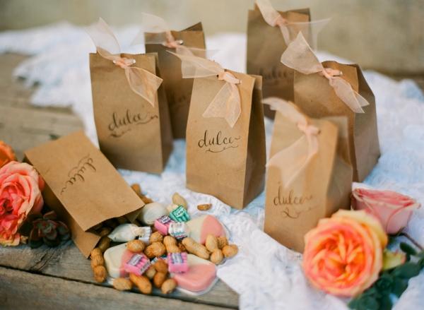 gastgeschenke hochzeit tüten voller nüsse süßigkeiten