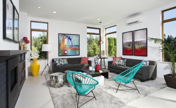 gemütliches wohnzimmer blaue acapulco stühle