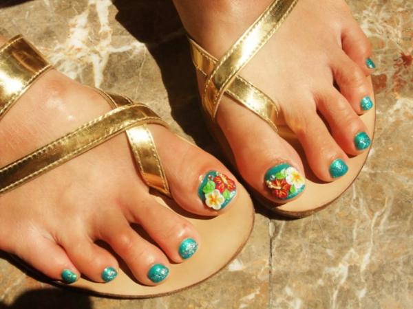 goldene sandalen türkisfarbene fußnägel