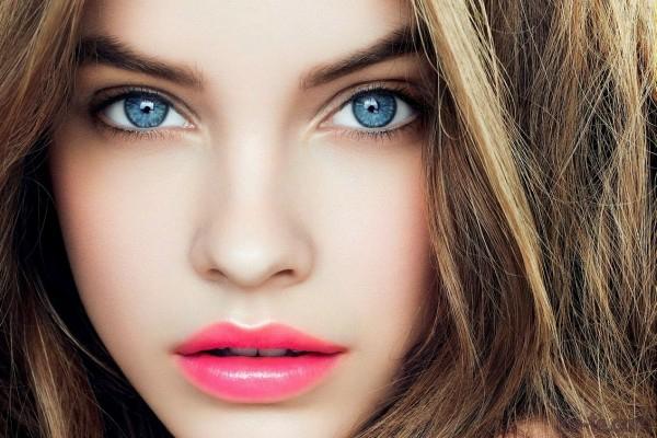 rosa lippenstift dezentes make up blaue augen schminken