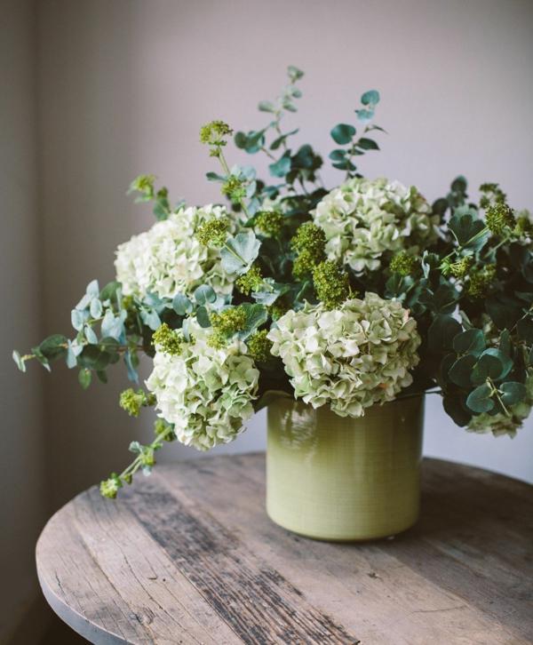 tischdeko blumen hortensien eukalyptus frauenmantel