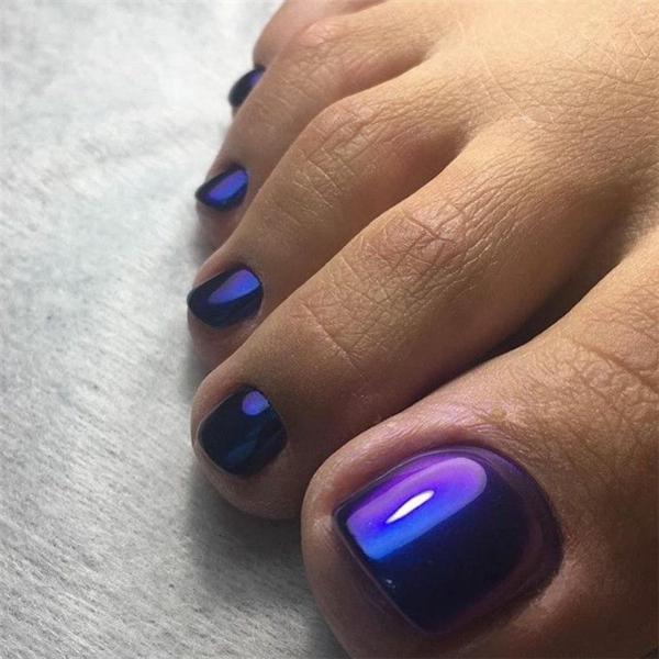 violett blaue metallic fußnägel nageldesign