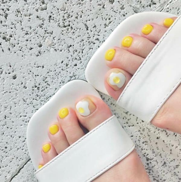 zitronengelber fußnägel weiße sandalen