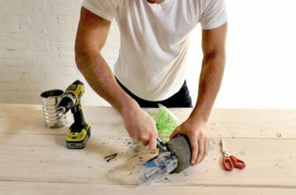 Betonlampe selber machen Anleitung Flasche entfernen