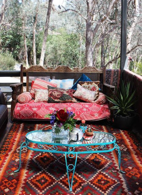 Boho Style Veranda Teppich Ethno Muster bunte Sofadecke farbenfrohe Deko Kissen angenehme Atmosphäre