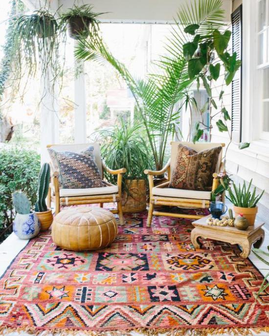 Boho Style Veranda alte Sessel Hocker bunter Teppich