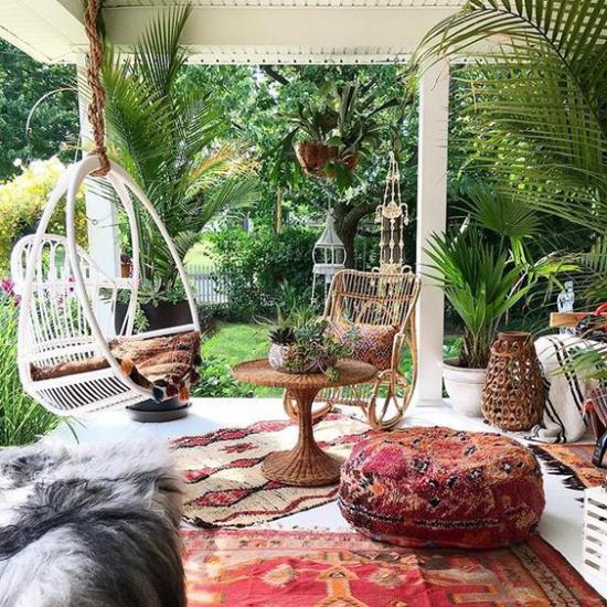 Boho Style Veranda bequeme alte Möbel Rattan Sessel