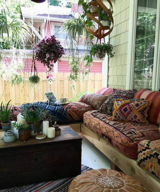 Boho Style Veranda bunte Textilien Erdnuancen Ethno-Muster den Freigeist betonen