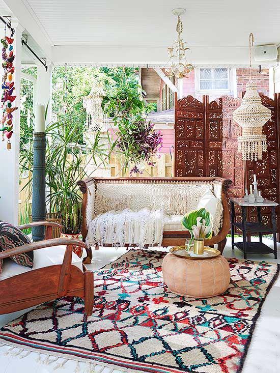 Boho Style Veranda bunte Textilien viele Farben Teppich selbstgehäkelte Sofadecke Paravent im marokkanischen Stil