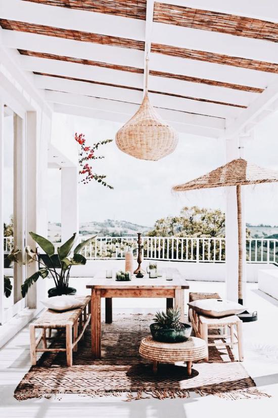 Boho Style Veranda harmonische Outdoor-Atmosphäre Tisch Sitzbank aus Holz
