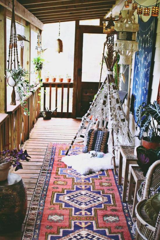 Boho Style Veranda kleines Zeit für die Kinder bunter Teppich schöne Farben Ethno-Muster