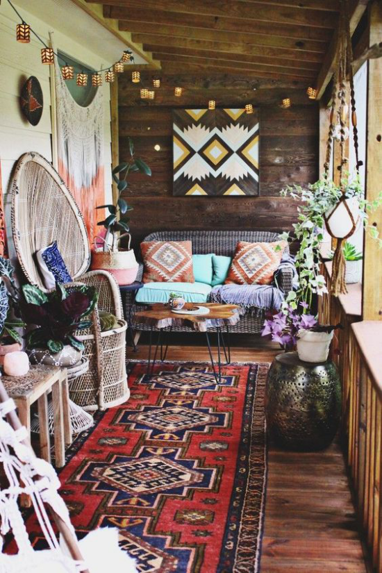 Boho Style Veranda schmaler Raum bunter Teppich Textilien Ethno-Muster viel Holz Rattan