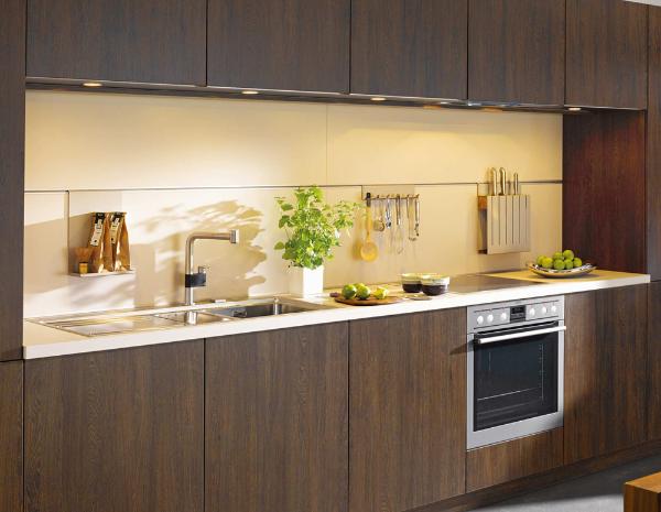 Braune Küchenmöbel Nischenverkleidung