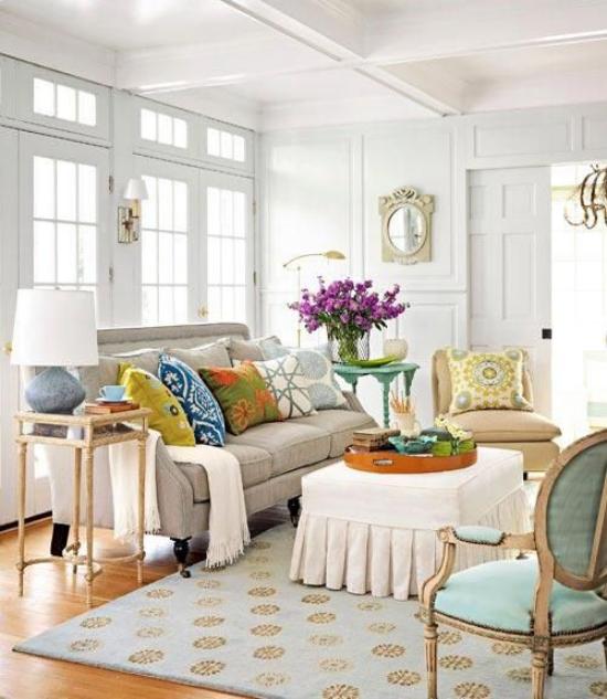 Dekoideen Wohnzimmer Fliederzweige in Vase graues Sofa bunte Wurfkissen