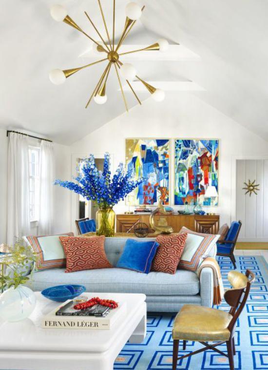 Dekoideen Wohnzimmer Zweige blauer Rittersporn in Vase Raum in Weiß und Blau Akzente in Kakaobraun