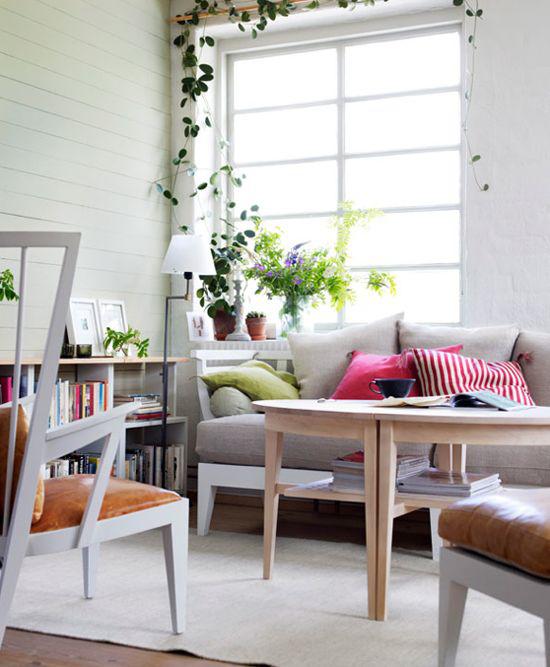 Dekoideen Wohnzimmer angenehmes Ambiente Fenster viel Tageslicht einfache Einrichtung Zimmerpflanzen