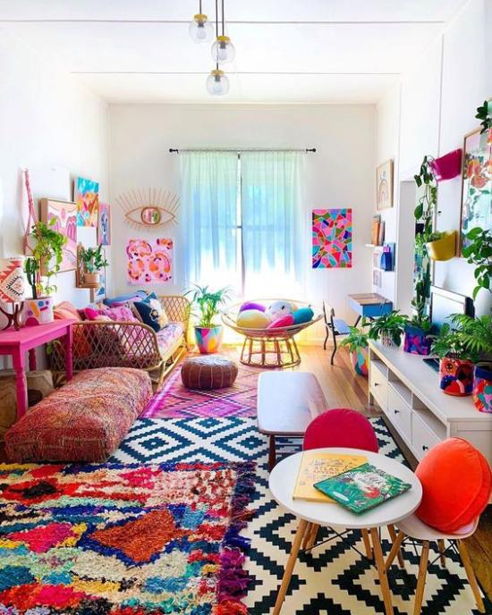 Dekoideen Wohnzimmer bunt fröhlich Ethno-Teppiche viele Farben gemütliches Ambiente