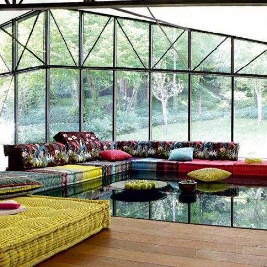 Dekoideen Wohnzimmer buntes Ambiente farbenfrohe Möbel Glaswand