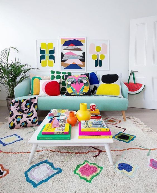 Dekoideen Wohnzimmer buntes Ambiente farbenfrohe geometrische Muster an der Wand Teppich