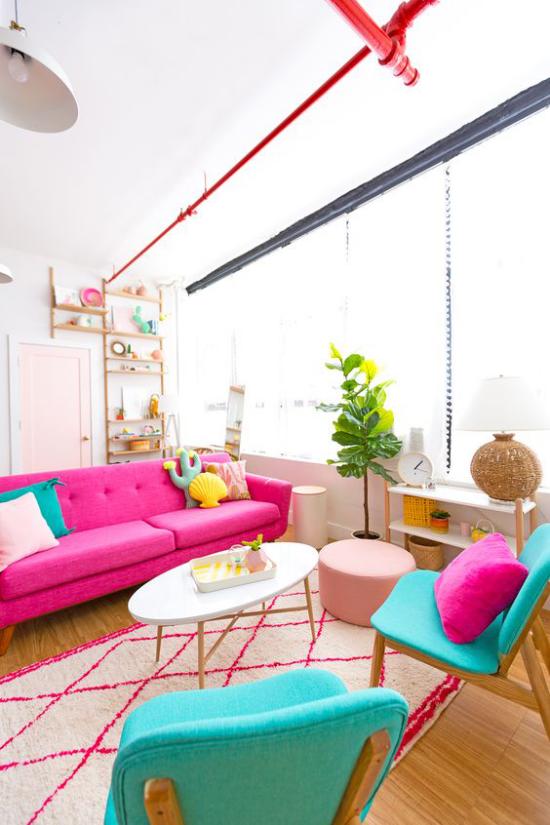 Dekoideen Wohnzimmer farbenfrohe Kontraste sind erwünscht Sofa in Pink Sessel in Blau