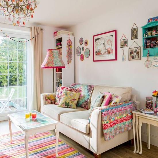 Dekoideen Wohnzimmer graues Sofa bunte Kissen Wanddeko Teppich