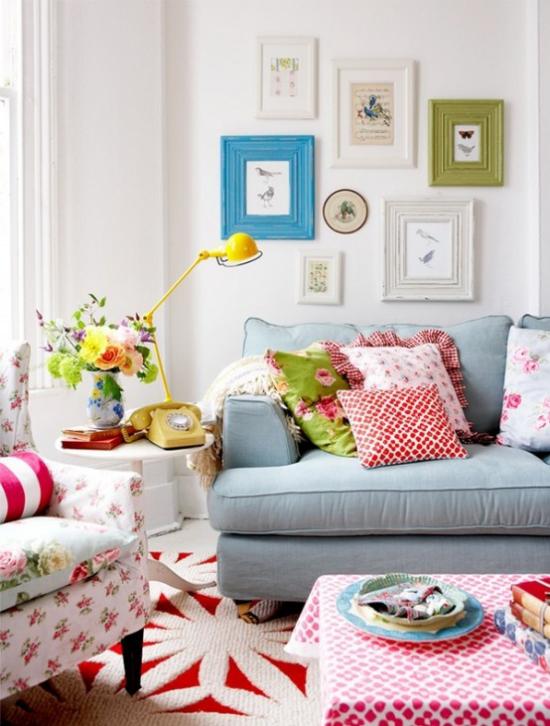 Dekoideen Wohnzimmer graues Sofa bunte Kissen Wanddeko gelbes Telefon altes Modell